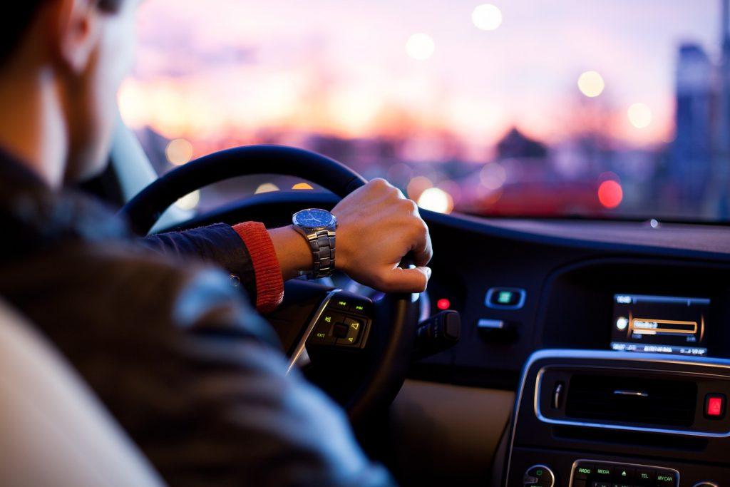 Fahrer im Automobil